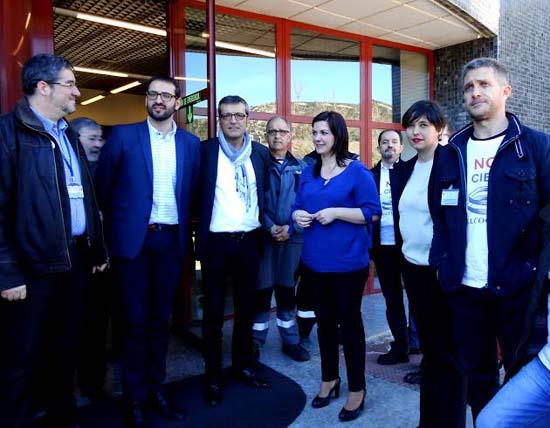 El comité de empresa, junto a Mayte Fernández y los europarlamentarios que han visitado las instalaciones de Elcogas